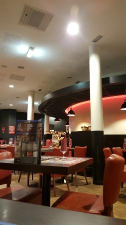 Buffalo Grill - Sallanches: Une entrée très peu indiquée.  L accueil chaleureux mais heureusement que des clients sont la po