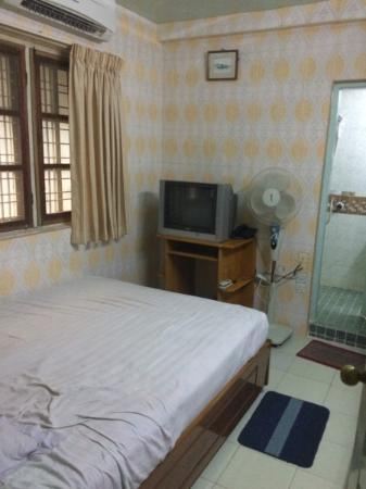 Beautyland Hotel II : Small, damp, expensive double room