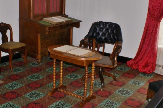 Appomattox Court House National Historical Park: Grant's desk in the McLean House