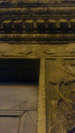 Parco Archeologico Di Otricoli: Centro storico di notte con reperti di spolio cavati anticamente dall'attuale area del Parco.