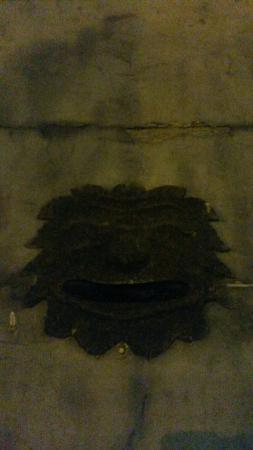 Otricoli, Италия: Centro storico di notte con reperti di spolio cavati anticamente dall'attuale area del Parco.