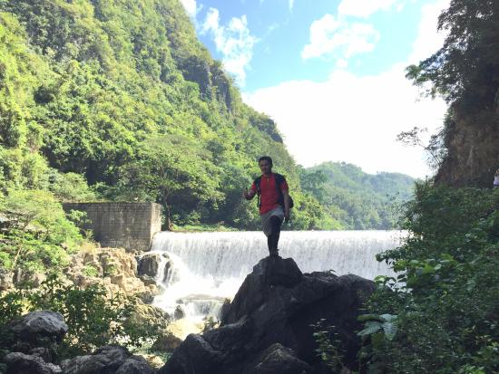 Calabarzon Region, Filippijnen: A friend with the dam as the backdrop.