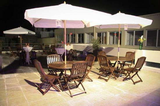Gran Hotel Flores: Terraza con sombrillas