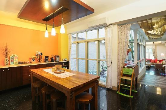 At-Home B&B: 餐廳 Dining room