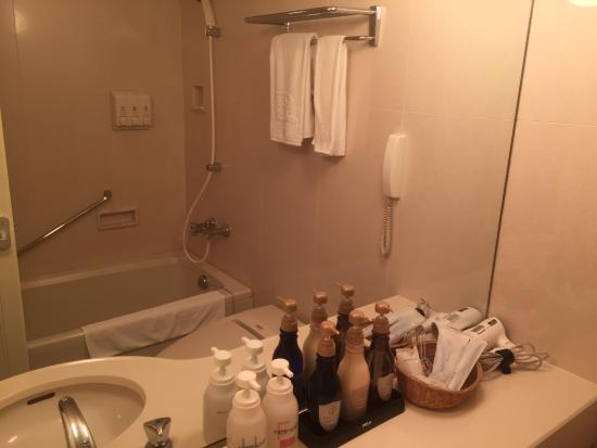 Okura Frontier Hotel Ebina : バスタブ横のシャンプー類と、洗面台に備え付けられたシャンプー類