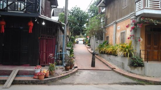 Sala Prabang Hotel : Street view outside hotel