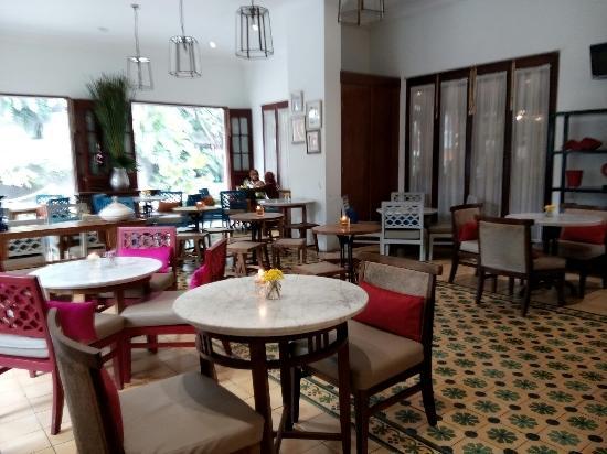 Tempatnya nyaman, udara terbuka terasa sejuk karena jendela-jendela cafe dibiarkan terbuka