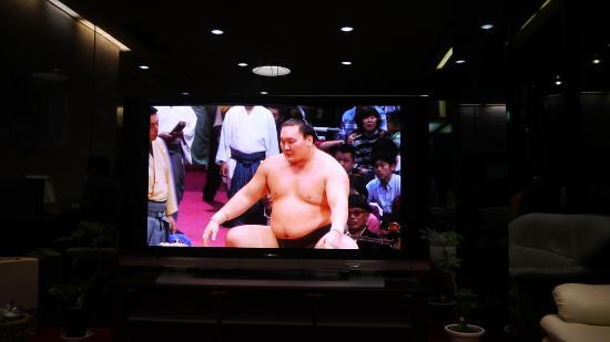 Hotel Miyako Hills: 1F入り口にある大画面のテレビ