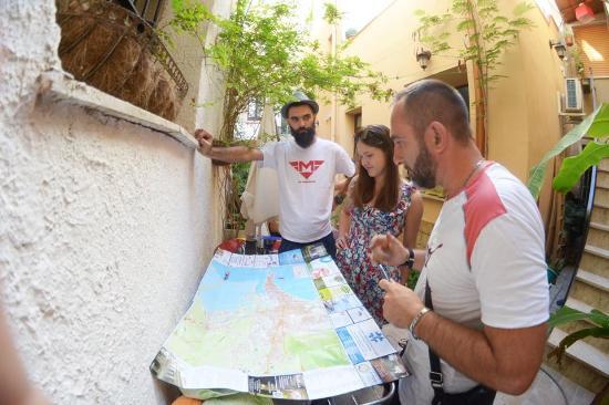 B&B Cortile Calvano: Przed apartamentem właściciel zaznacza na mapie najważniejsze punkty miasta