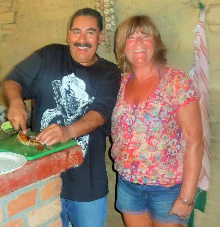 El Tuito, Meksyk: Mario showing Linda how to cut the Langostino's