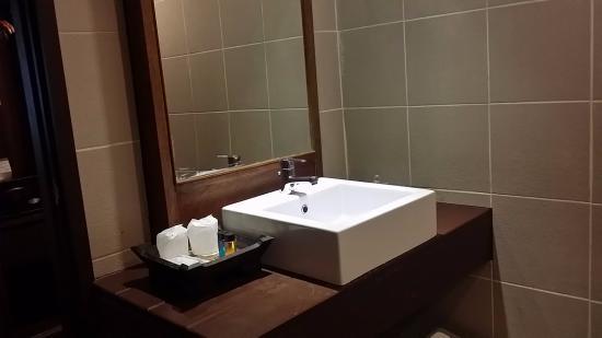 Suriwongse Hotel : nice bathroom