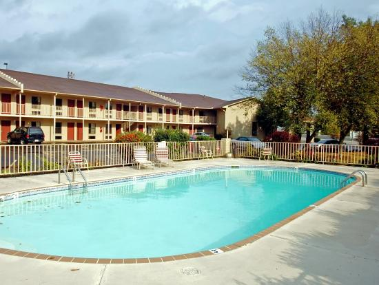 Benton, AR: Outdoor Seasonal Pool