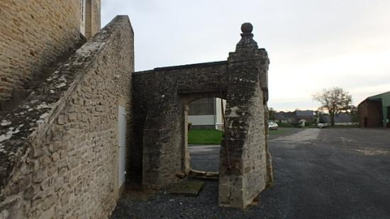 Ferme de la Tourelle: Part of the centuries-old entry gate