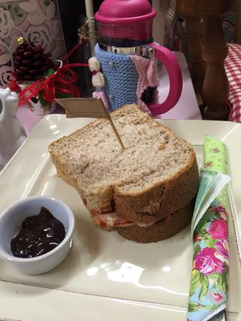 Tonypandy, UK: Enjoyed an excellent bacon sandwich and cafetière of coffee cwtched up in the snug on an extreme