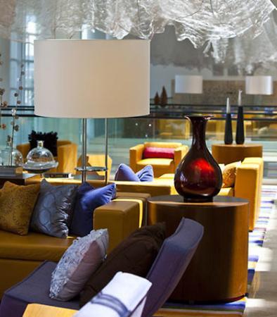 Renaissance Schaumburg Hotel and Convention Center: Atrium Seating Area