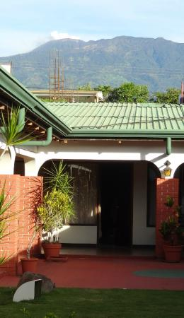 Hotel Wagelia Turrialba: The smoking Mount Turrialba in the am from the garden