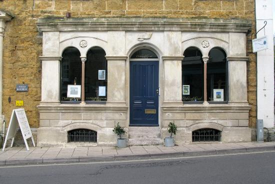 Castle Cary, UK: Gallery and bar