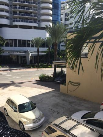 AAE Miami Beach Lombardy Hotel: Vista para a rua.