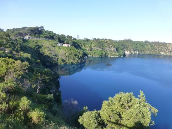 Mount Gambier, Αυστραλία: Blue Lake across from the Caravan Park