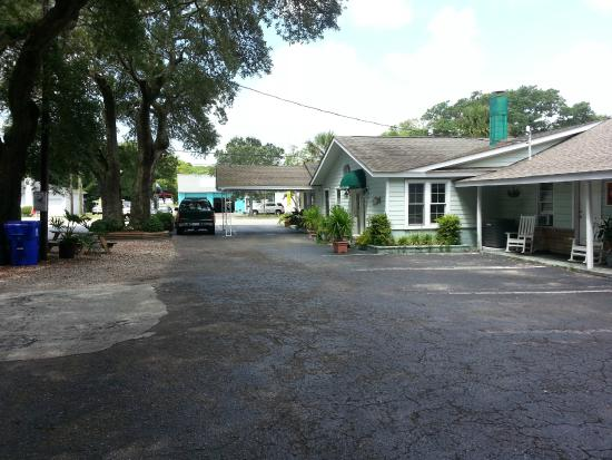 The Inn at River Oaks : The Inn's Courtyard