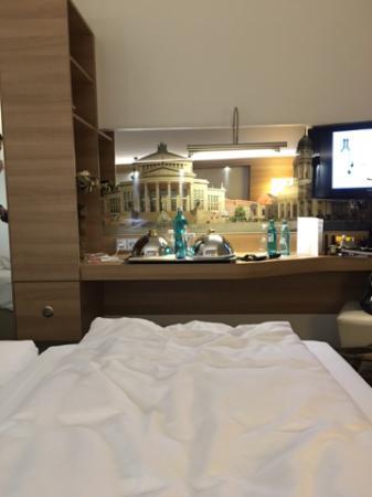 essen im bett foto di h4 hotel berlin alexanderplatz berlino tripadvisor. Black Bedroom Furniture Sets. Home Design Ideas