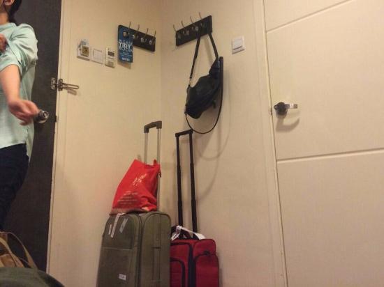 Hotel 81 - Heritage: pintu masuk kamar dan kamar mandi