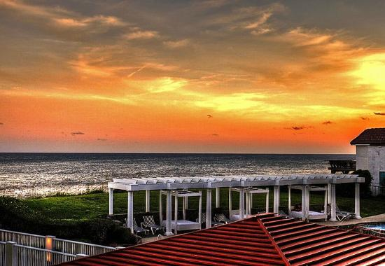 Windjammer Inn: Sunset from room