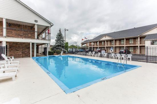 Econo Lodge: Pool