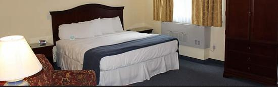 Newport City Inn & Suites: Jay Peak Suite/ King Bed/Kitchennete