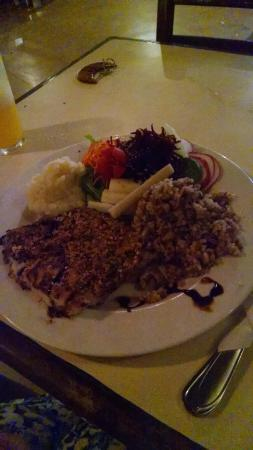Pousada Todas as Luas: Filé de peixe branco com crosta de castanhas