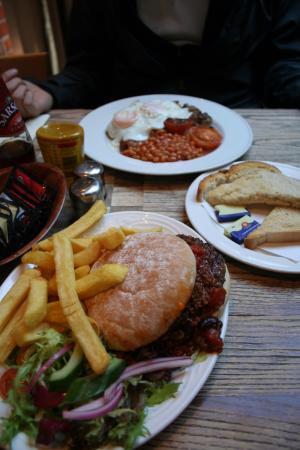Wig & Pen: 버거와 잉글리시 블랙퍼스트