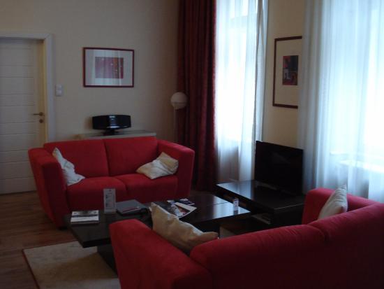 Mamaison Residence Izabella Budapest: TV Room