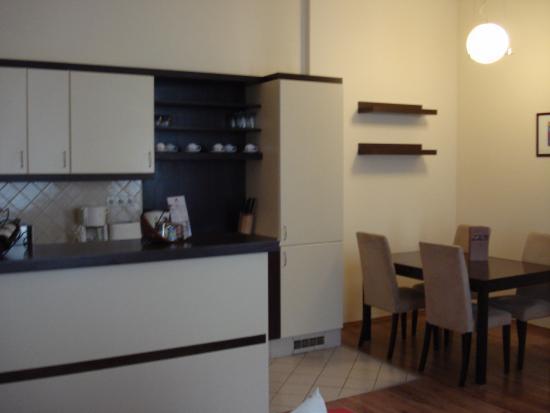Mamaison Residence Izabella Budapest: Kitchen