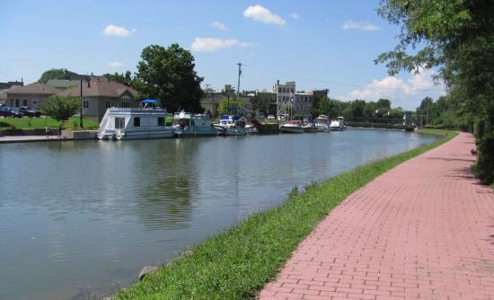 Dollinger's Inn & Suites: The Erie Canal