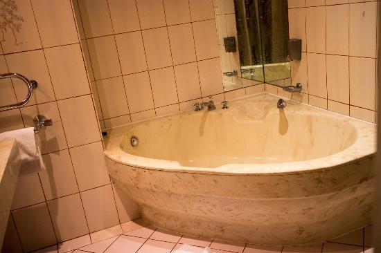 Altwienerhof: Ein super gepflegtes Bad mit Doppelwaschtisch, Dusche und Dreierwanne …