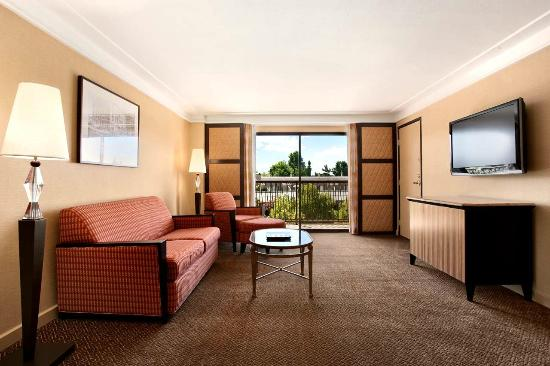 Hilton Stockton: Jr. Suite Living Room