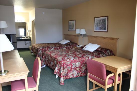 Lone Star Inn & Suites: Double Queen Room