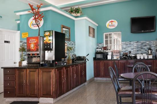 Super 8 Flagstaff Downtown NAU Conference Center: Breakfast area