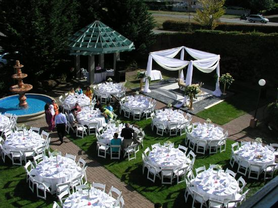 Pacific Inn Resort and Conference Centre: Garden Wedding