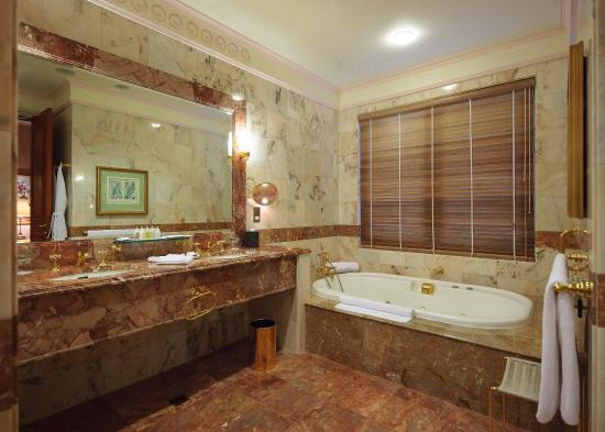 The Empire Hotel & Country Club: Superior Room Bathroom