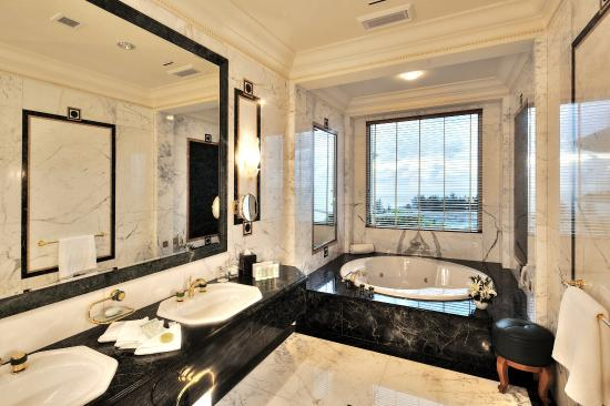 The Empire Hotel & Country Club: Ambassador Suite Bathroom