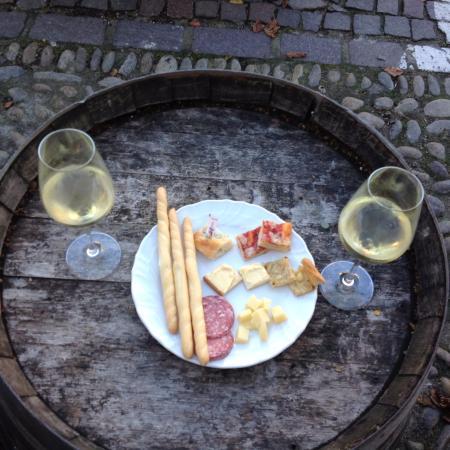 La Contea Neive: Wine and snacks al fresco