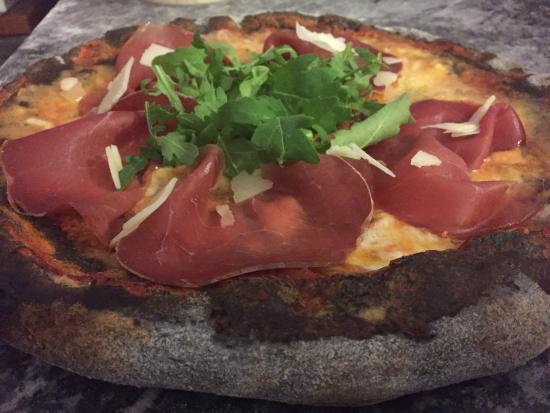 Trinita, อิตาลี: Specialità pizze al carbocereale