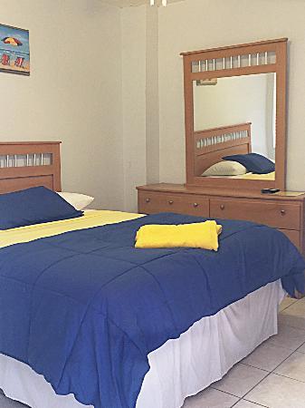 Paradise Oceanfront Hotel: Room 7, Queen Efficiency, NO OCEAN VIEW, still steps away from ocean