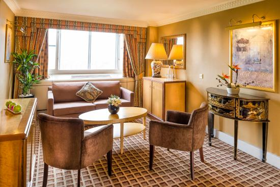 Copthorne Tara Hotel London Kensington: Suite Lounge