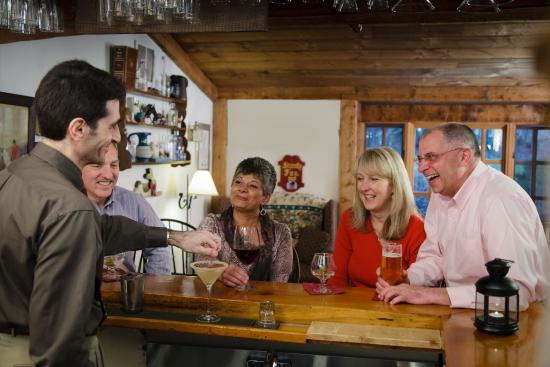 Lower Waterford, VT: Enjoy cocktails in the pub before dinner
