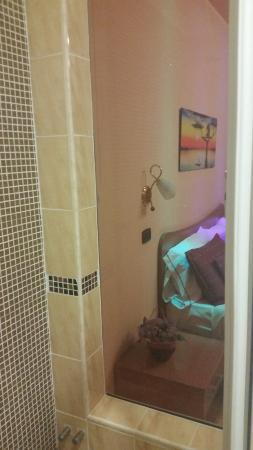 Hotel Il Giardino Degli Aranci: doccia con vista su camera