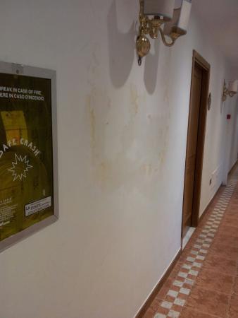 Macchia di umido sul muro del corridoio per le camere - Foto di ...