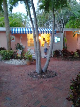 Siesta Key Bungalows: Bungalow Welcomes You