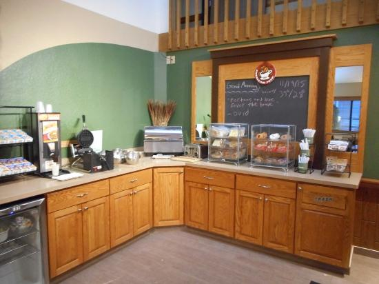 AmericInn Plymouth : Breakfast Bar